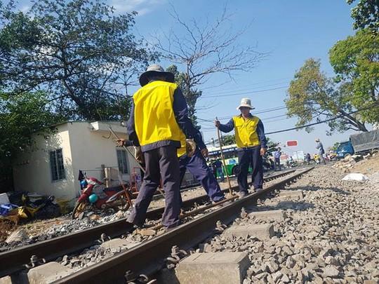 Tàu trật bánh ở Đồng Nai, đường sắt Bắc - Nam tê liệt nhiều giờ - Ảnh 1.
