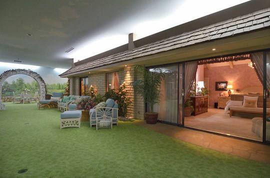 Bên trong căn nhà dưới lòng đất có giá hơn 417 tỷ đồng - Ảnh 1.