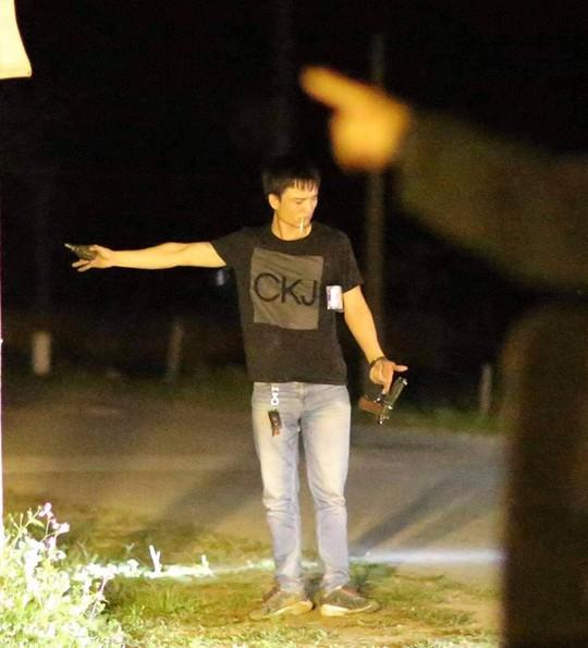 Trùm ma túy hút thuốc, cầm lựu đạn, súng ra khỏi xe ôtô khi bị vây bắt - Ảnh 1.