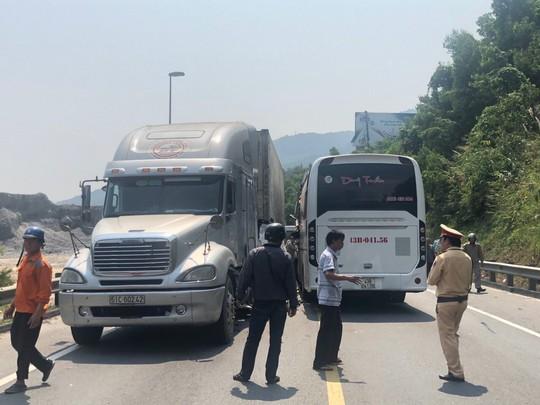 Xe chở khách du lịch lấn làn tông container, 12 người bị thương - Ảnh 2.