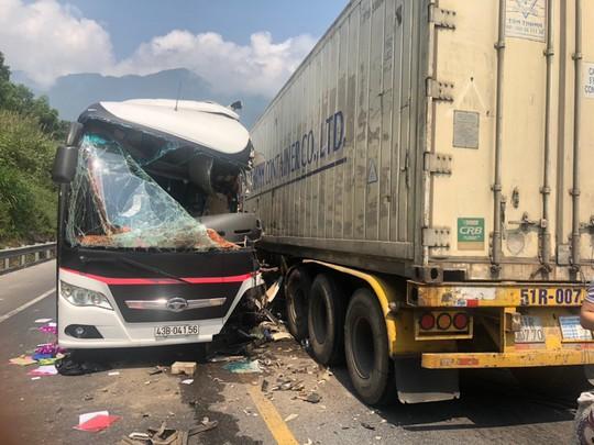 Xe chở khách du lịch lấn làn tông container, 12 người bị thương - Ảnh 1.