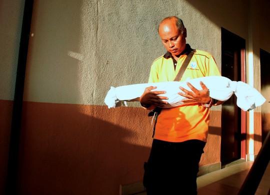 Malaysia: Mẹ loay hoay tìm sữa, con gái ngã lên dao bếp tử vong - Ảnh 1.