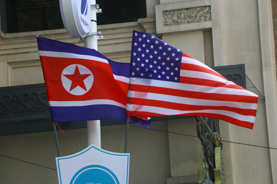 Cờ Mỹ - Triều Tiên tung bay phấp phới giữa thủ đô Hà Nội - Ảnh 2.