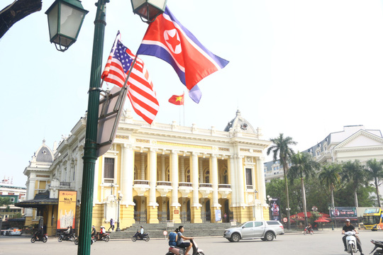 Cờ Mỹ - Triều Tiên tung bay phấp phới giữa thủ đô Hà Nội - Ảnh 6.