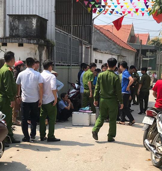 Lực lượng chức năng khám ngh iệm, điều tra tại hi ện tr ường vụ người phụ nữ t ử v ong bất thường - Ảnh: Bảo Anh