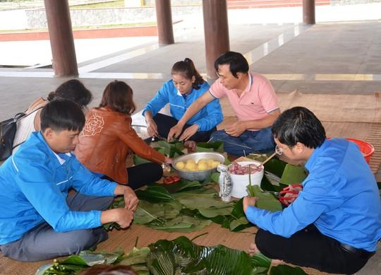 Con cháu Đại tướng và nhiều tình nguyện viên đã đến Vũng Chùa - Đảo Yến gói bánh chưng dâng cúng lên Đại tướng trong dịp Tết cổ truyền dân tộc