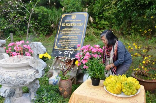 Bà Võ Hạnh Phúc đang sửa soạn lại bàn thờ trên phần mộ của Đại tướng