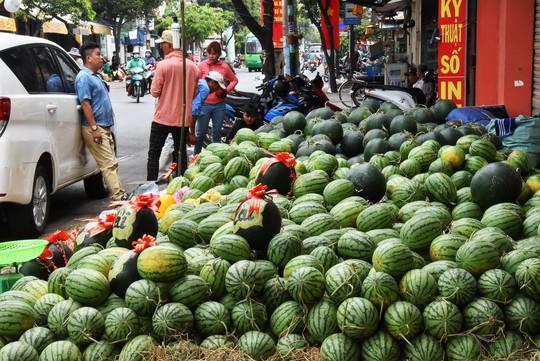 Người dân ùn ùn vào siêu thị sắm Tết, chợ truyền thống thưa vắng - Ảnh 1.