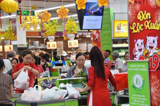 Người dân ùn ùn vào siêu thị sắm Tết, chợ truyền thống thưa vắng - Ảnh 7.
