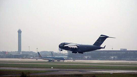 Cận cảnh ngựa thồ C-17 chở trực thăng của Tổng thống Donald Trump đến Nội Bài - Ảnh 3.