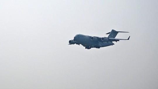 Cận cảnh ngựa thồ C-17 chở trực thăng của Tổng thống Donald Trump đến Nội Bài - Ảnh 2.