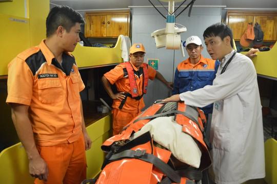 Gấp rút điều tàu vượt biển cứu ngư dân - Ảnh 2.