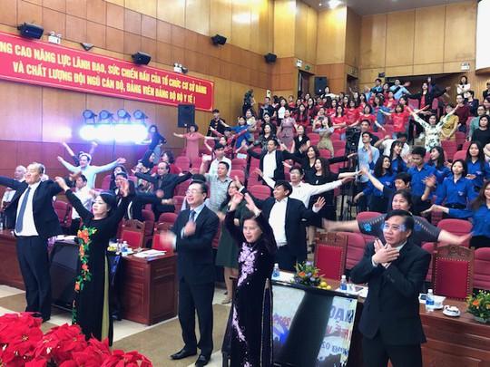 Bộ trưởng Nguyễn Thị Kim Tiến cùng hàng trăm đại biểu tập thể dục giữa giờ 3 phút - Ảnh 1.