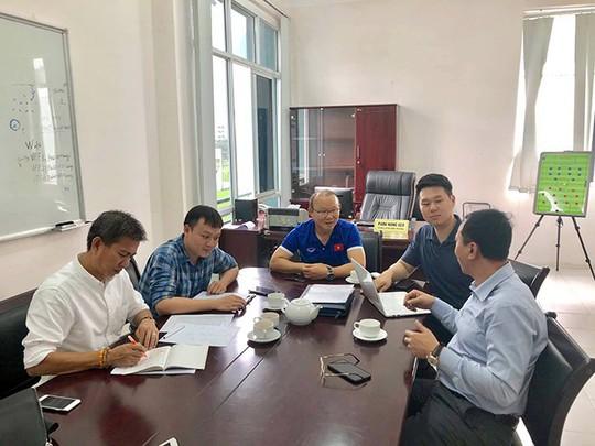 HLV Hoàng Anh Tuấn làm quân sư cho thầy Park - Ảnh 2.
