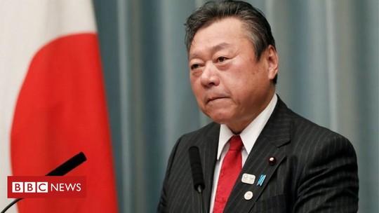 Trễ họp 3 phút, Bộ trưởng Nhật Bản công khai xin lỗi - Ảnh 1.