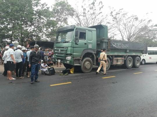 Va chạm với xe tải, một nam thanh niên chết thảm - Ảnh 2.