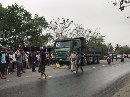 Va chạm với xe tải, một nam thanh niên chết thảm - Ảnh 1.