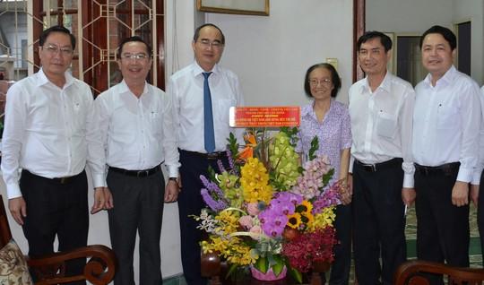 Bí thư Thành ủy TP HCM Nguyễn Thiện Nhân thăm 2 nguyên Thứ trưởng Bộ Y tế - Ảnh 2.