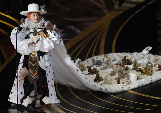 Đầm lập dị trên sân khấu lễ trao Giải Oscar bị chỉ trích - Ảnh 1.