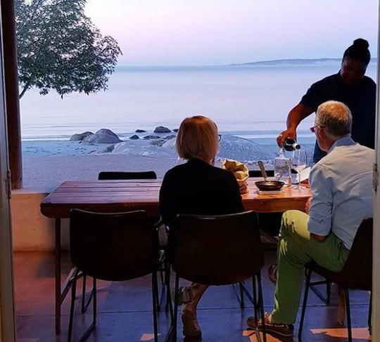 Nhà hàng ngon nhất thế giới 2019 trên bãi biển hẻo lánh - Ảnh 2.