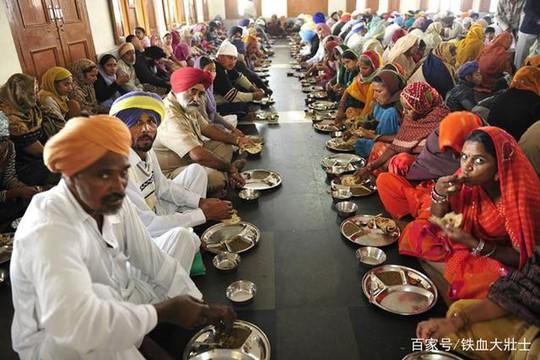 Ngôi đền dát 680 ký vàng và bữa ăn miễn phí cho 100.000 người - Ảnh 4.