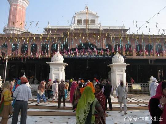 Ngôi đền dát 680 ký vàng và bữa ăn miễn phí cho 100.000 người - Ảnh 7.