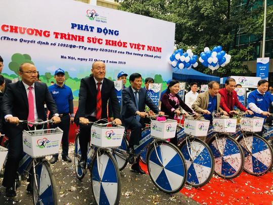 HLV Park Hang-seo đạp xe, tập thể dục tại Bộ Y tế - Ảnh 8.