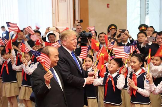 Tổng thống Donald Trump trao Thủ tướng Nguyễn Xuân Phúc lá quốc kỳ Mỹ - Ảnh 1.