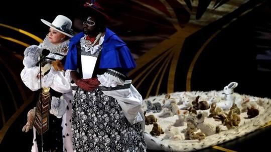 Đầm lập dị trên sân khấu lễ trao Giải Oscar bị chỉ trích - Ảnh 2.