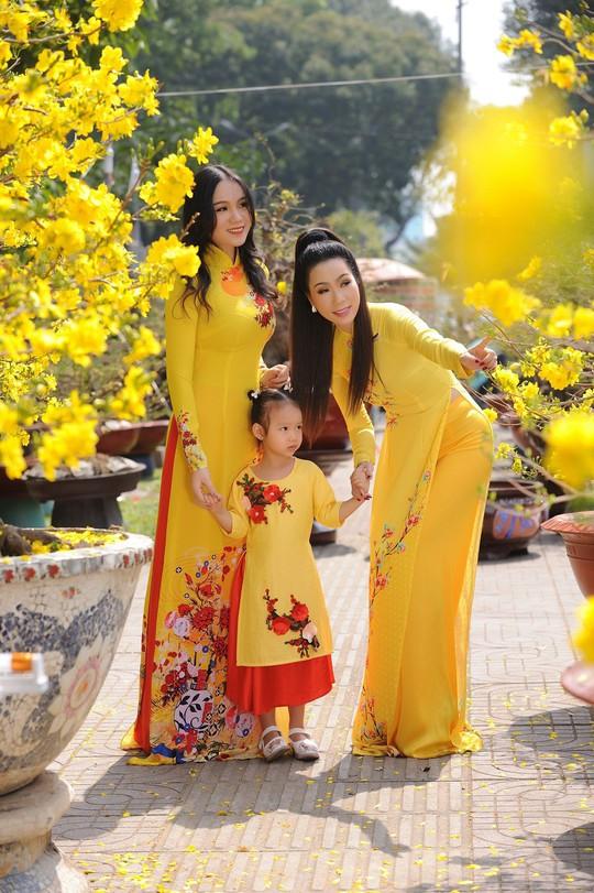 Lộ diện con gái xinh như hoa hậu của Trịnh Kim Chi trên phố Xuân - Ảnh 2.
