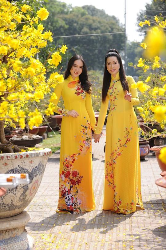 Lộ diện con gái xinh như hoa hậu của Trịnh Kim Chi trên phố Xuân - Ảnh 1.