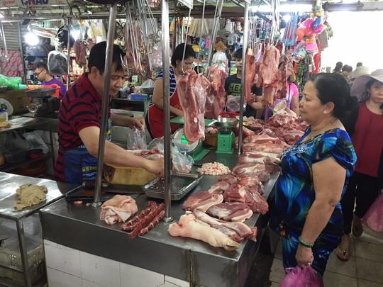 Giá thực phẩm ở chợ lẻ tăng chóng mặt sáng 30 Tết - Ảnh 2.
