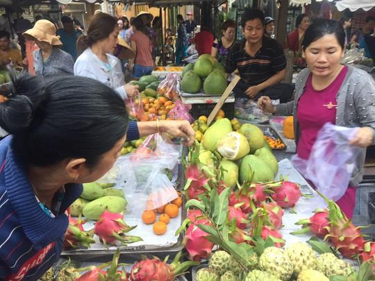 Giá thực phẩm ở chợ lẻ tăng chóng mặt sáng 30 Tết - Ảnh 3.