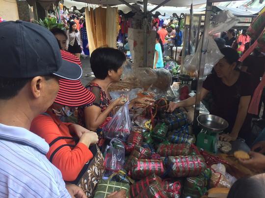 Giá thực phẩm ở chợ lẻ tăng chóng mặt sáng 30 Tết - Ảnh 1.