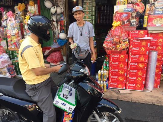 Giá thực phẩm ở chợ lẻ tăng chóng mặt sáng 30 Tết - Ảnh 4.