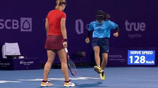 Sốc với clip cô gái nhặt bóng tennis giẫm nát chú dế - Ảnh 1.