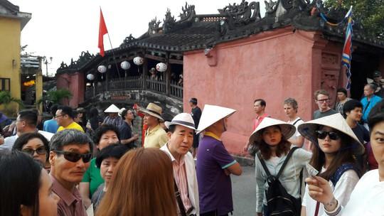 Đông nghịt du khách quốc tế đổ về phố cổ Hội An đón tết Kỷ Hợi 2019 - Ảnh 4.
