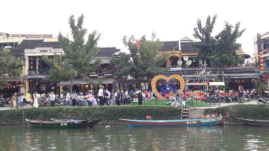Đông nghịt du khách quốc tế đổ về phố cổ Hội An đón tết Kỷ Hợi 2019 - Ảnh 5.