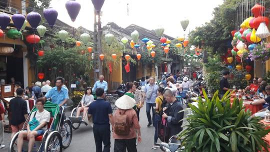 Đông nghịt du khách quốc tế đổ về phố cổ Hội An đón tết Kỷ Hợi 2019 - Ảnh 6.