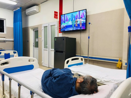 Tối giao thừa, Bộ trưởng Nguyễn Thị Kim Tiến vào bệnh viện thăm và tặng quà bệnh nhân - Ảnh 2.