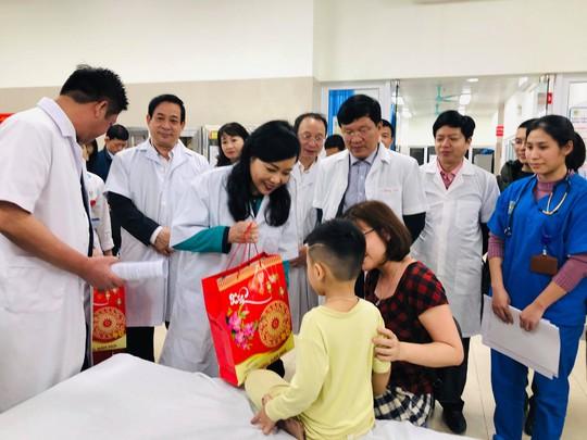 Tối giao thừa, Bộ trưởng Nguyễn Thị Kim Tiến vào bệnh viện thăm và tặng quà bệnh nhân - Ảnh 1.
