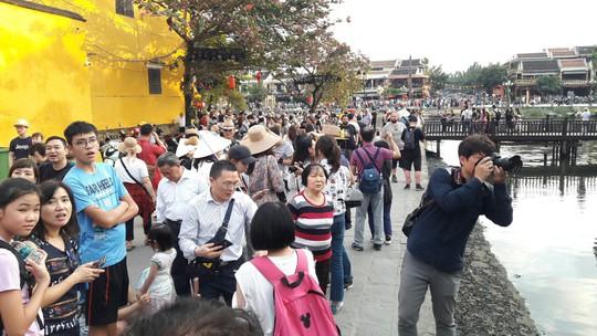 Đông nghịt du khách quốc tế đổ về phố cổ Hội An đón tết Kỷ Hợi 2019 - Ảnh 8.