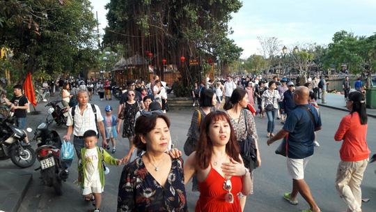 Đông nghịt du khách quốc tế đổ về phố cổ Hội An đón tết Kỷ Hợi 2019 - Ảnh 9.