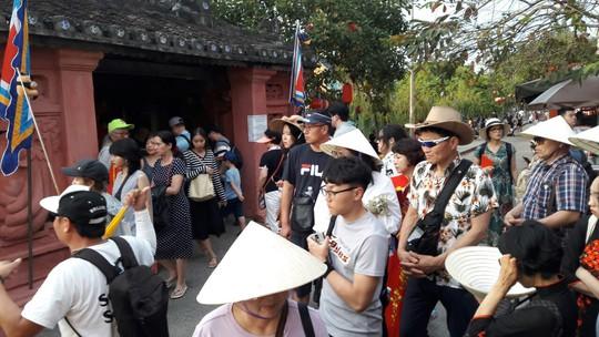 Đông nghịt du khách quốc tế đổ về phố cổ Hội An đón tết Kỷ Hợi 2019 - Ảnh 10.