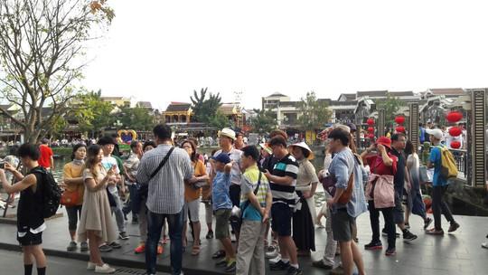 Đông nghịt du khách quốc tế đổ về phố cổ Hội An đón tết Kỷ Hợi 2019 - Ảnh 11.
