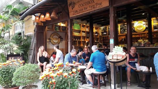 Đông nghịt du khách quốc tế đổ về phố cổ Hội An đón tết Kỷ Hợi 2019 - Ảnh 13.