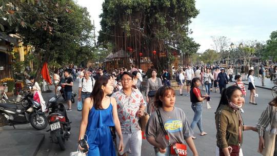 Đông nghịt du khách quốc tế đổ về phố cổ Hội An đón tết Kỷ Hợi 2019 - Ảnh 2.