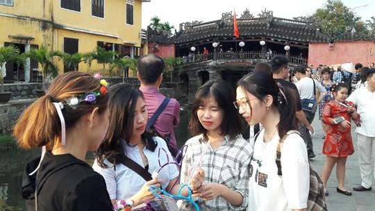Đông nghịt du khách quốc tế đổ về phố cổ Hội An đón tết Kỷ Hợi 2019 - Ảnh 3.