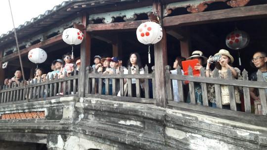 Đông nghịt du khách quốc tế đổ về phố cổ Hội An đón tết Kỷ Hợi 2019 - Ảnh 16.