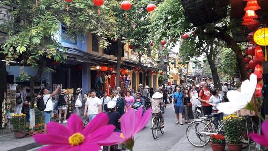 Đông nghịt du khách quốc tế đổ về phố cổ Hội An đón tết Kỷ Hợi 2019 - Ảnh 18.